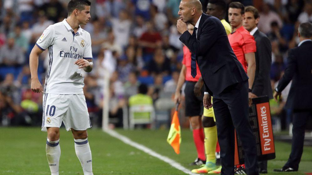 Foto: Zidane habla con James Rodríguez durante el partido de Liga contra el Villarreal en el Bernabéu. (EFE)