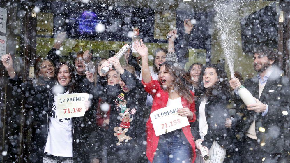 Foto: Un grupo de afortunados celebra el premio Gordo de la Lotería de Navidad. (EFE)