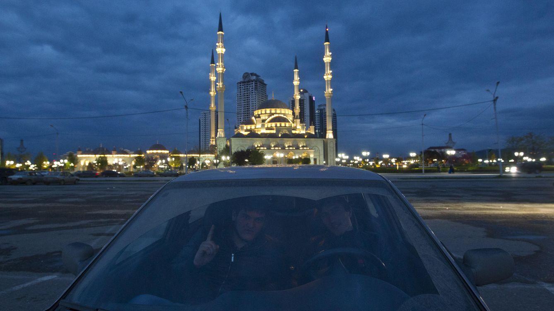 Foto: Dos hombres posan ante la mezquita Corazón de Chechenia, en Grozni, en abril de 2013. (Reuters)