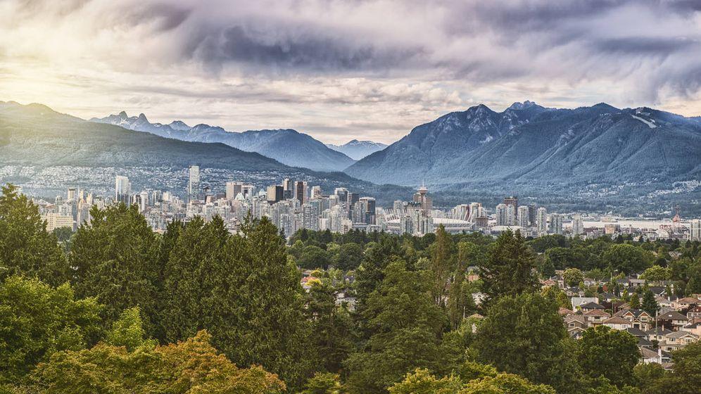 Foto: Visión aérea de Vancouver con las montañas de North Shore al fondo. (iStock)