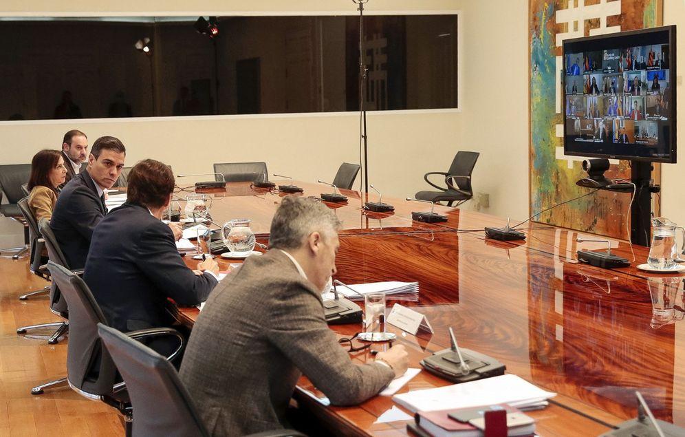 Foto: Pedro Sánchez, con los ministros con competencias delegadas, durante la videoconferencia con los presidentes autonómicos, este 22 de marzo. (EFE)