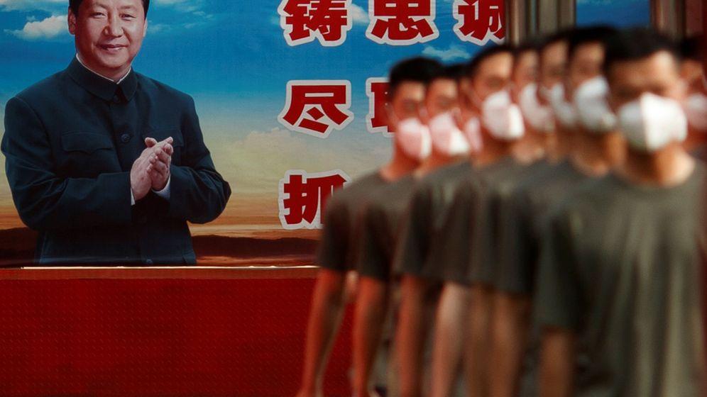 Foto: Policías paramilitares frente a un cartel de Xi Jinping. (Reuters)