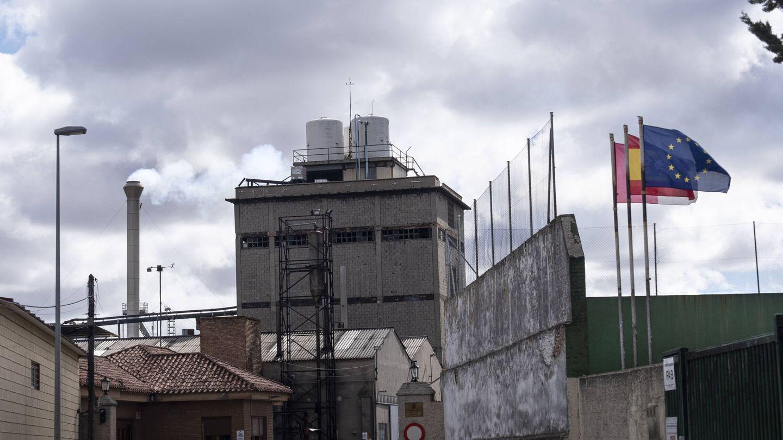A la derecha, el patio del IES Octavio Cuartero, que linda con la alcoholera. (M. S.)