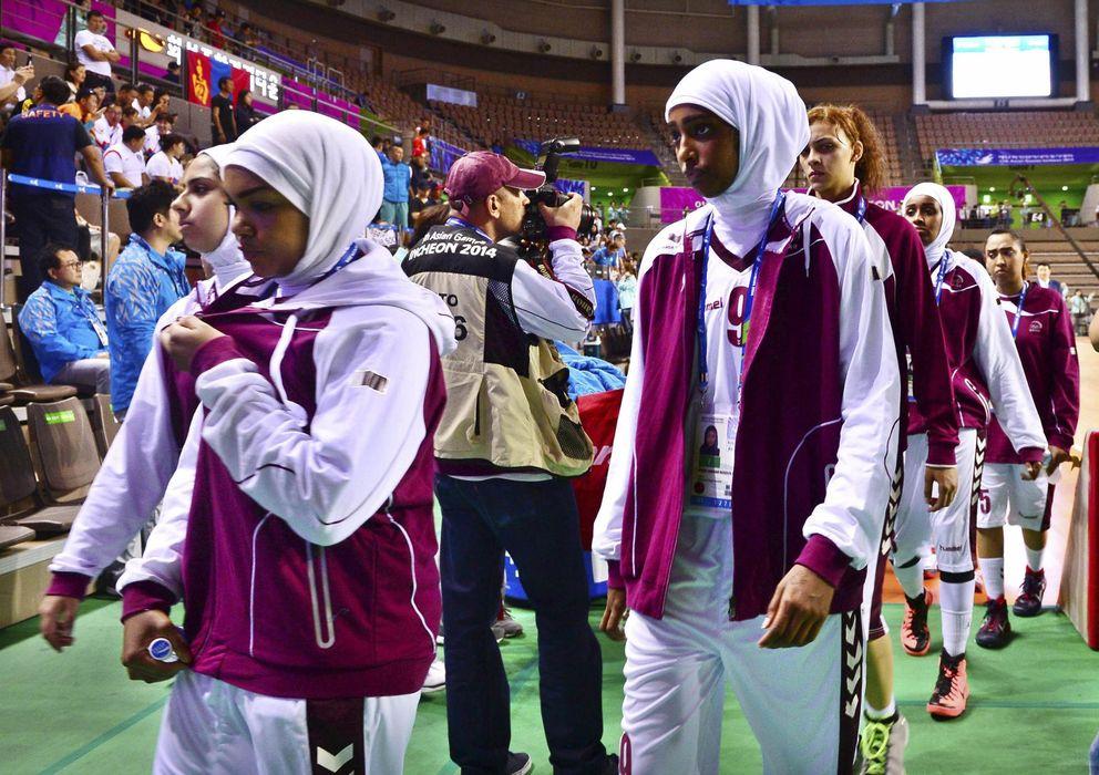 Foto: Las jugadoras de Qatar abandonan la pista tras saber que no podrían jugar con el velo.