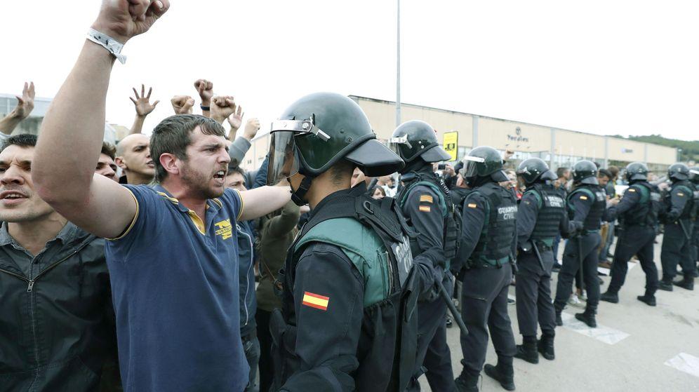 Foto: La policía requisa urnas en el colegio donde debía votar el líder catalán. (EFE)