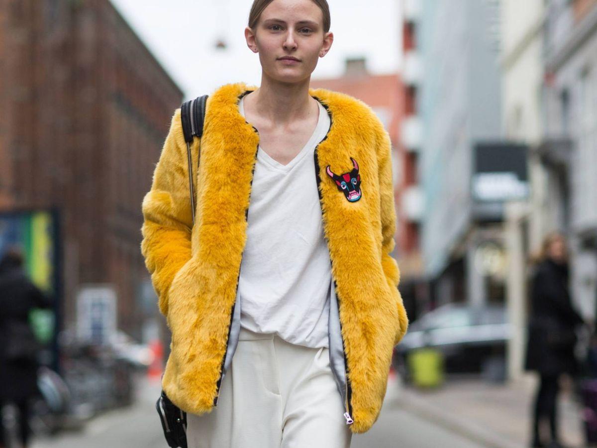 Foto: El pantalón blanco es la clave de la temporada, como veíamos en los 'street style' de la Semana de la Moda de Copenhague. (Imaxtree)
