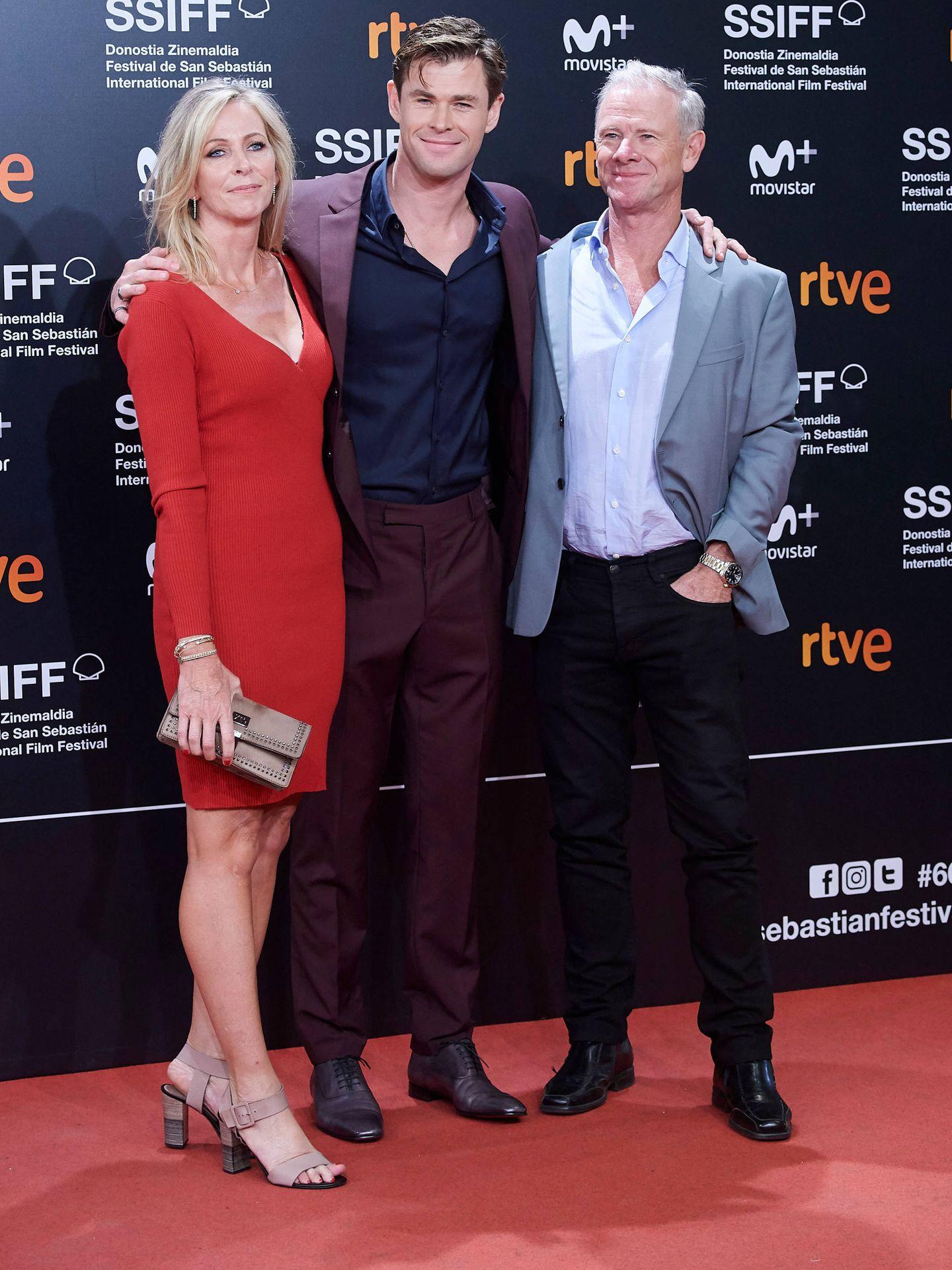 El marido de Elsa Pataky, con sus padres en San Sebastián. (Limited Pictures)