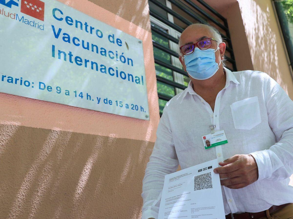 Foto: Un hombre muestra un certificado covid. (EFE)