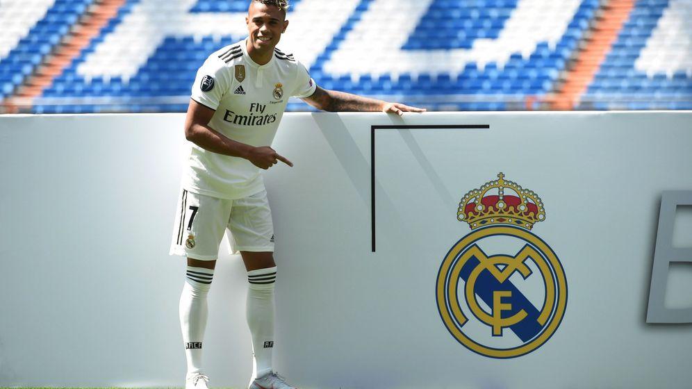 Foto: Mariano en su presentación como jugador del Real Madrid en el césped del Bernabéu. (Efe)