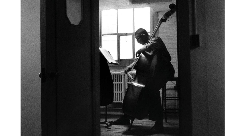 Foto: Ron Carter, tocando el contrabajo en un aula de la Escuela de Música Eastman, en Rochester, Nueva York, EE. UU. (Foto: Getty)