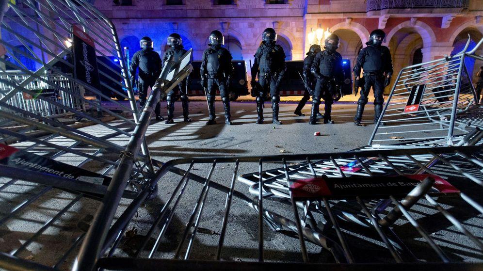 Foto: Decenas de Mossos d'Esquadra ante las puertas del Parlament en la pasada Diada. (EFE)