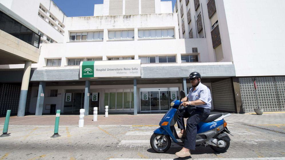 Foto: La mujer fue trasladada al Hospital Reina Sofía desde Jaén (EFE/Rafa Alcaide)