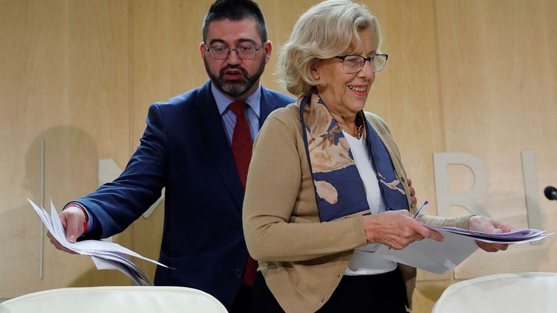 Imagen de archivo del 15 de noviembre de 2017 de la alcaldesa de Madrid, Manuela Carmena, y el hasta hoy concejal de Economía y Hacienda. (EFE)