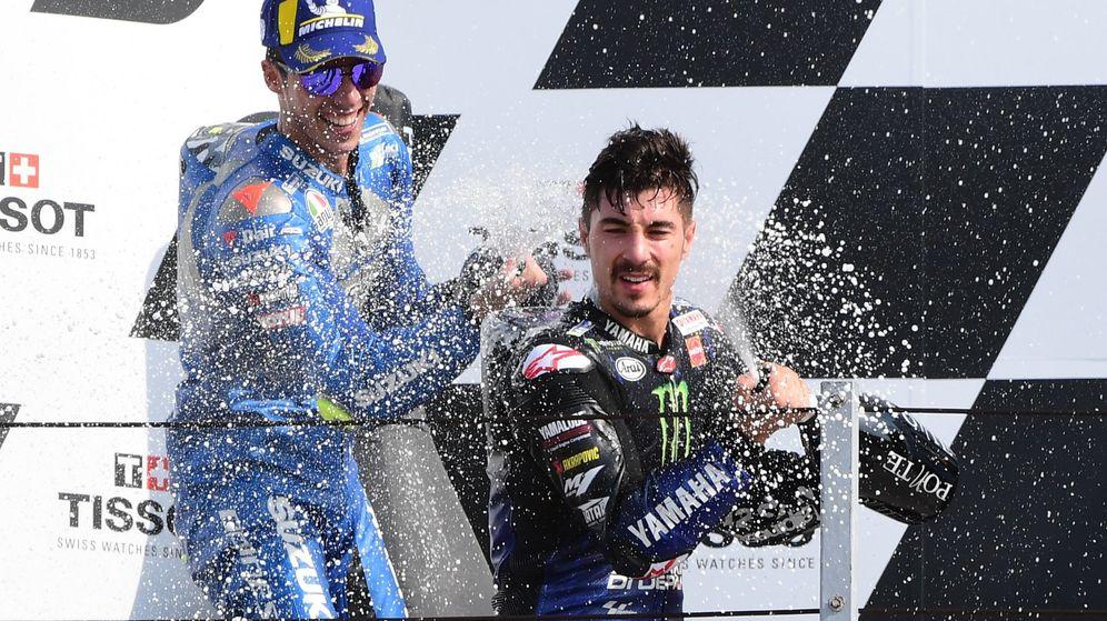 Foto: Joan Mir y Maverick Viñales, celebrando en el podio. (Reuters)