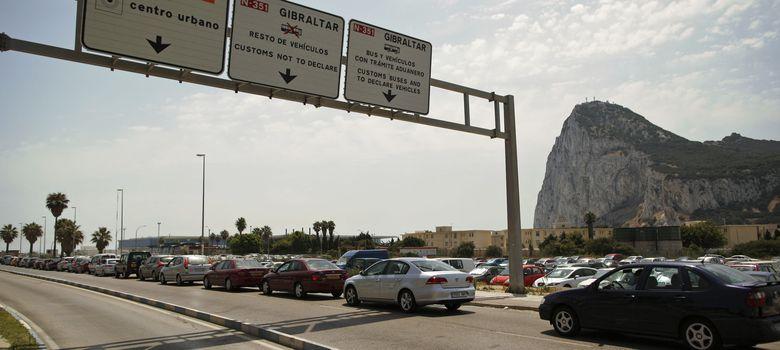 Foto: Vehículos que esperan para entrar en Gibraltar desde la Línea de la Concepción. (Efe)