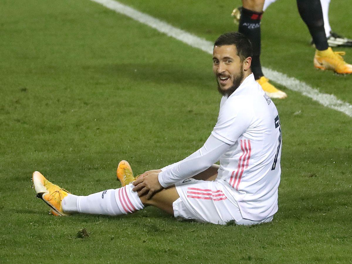Foto: Eden Hazard sentado en el césped en el partido de la Supercopa contra el Athletic. (Efe)
