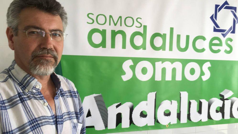 Foto: Francisco Bautista en la sede de Somos Andalucía en Málaga. (Agustín Rivera)