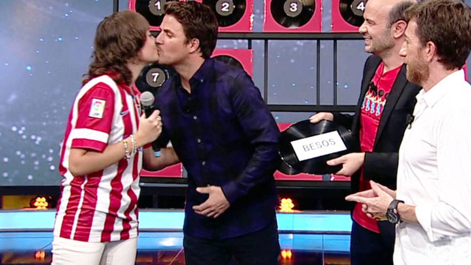 Foto: Dani Martín besa a fan en la boca en 'El Hormiguero'.