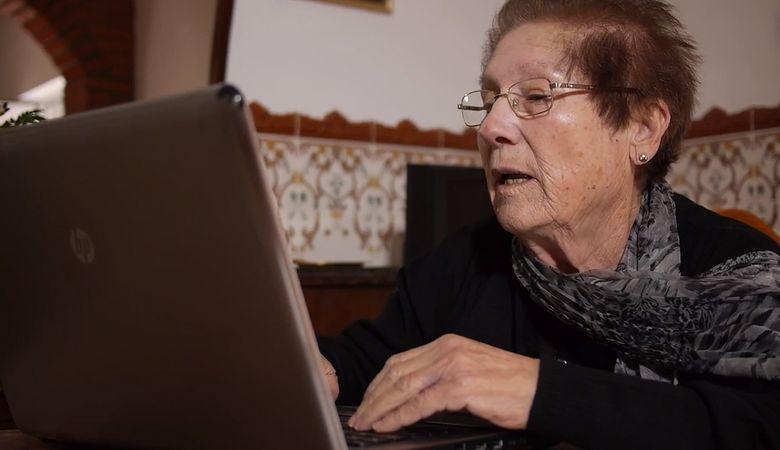 Foto: Josefa Herrada, escribiendo en su vivienda