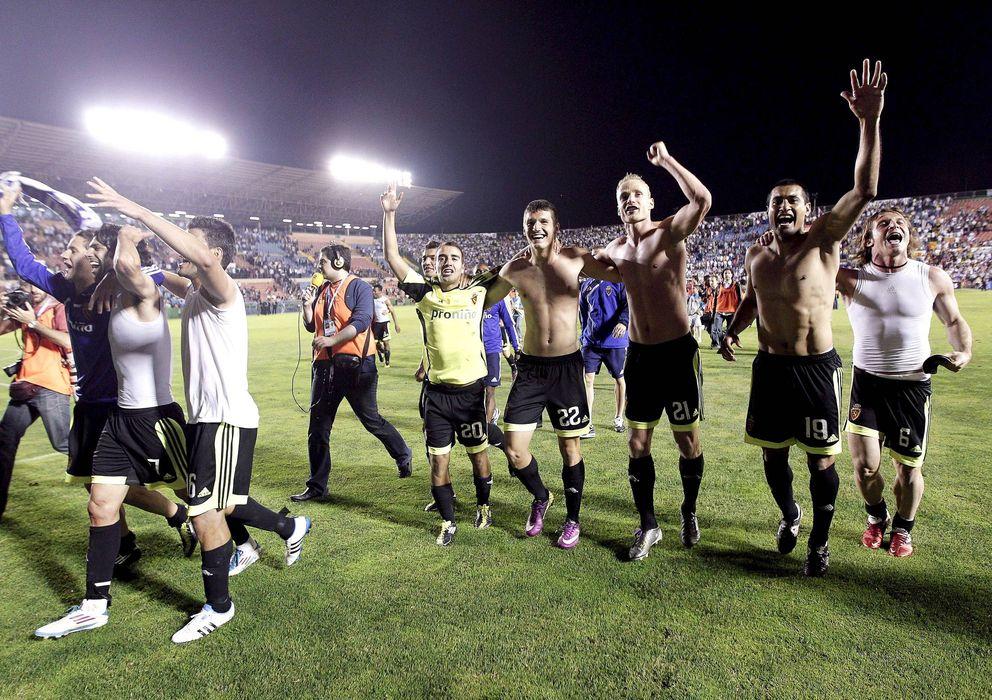 Foto: Los jugadores del Zaragoza celebran mantener la categoría tras ganar al Levante el partido sospechoso.