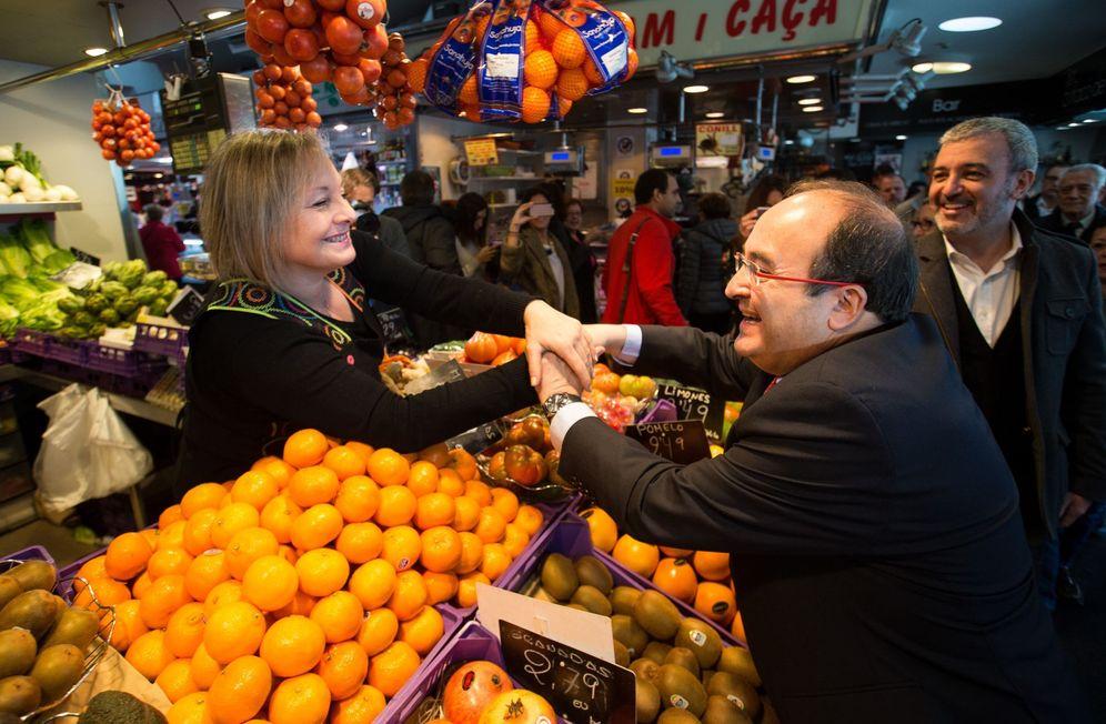Foto: Miquel Iceta visita con Jaume Collboni el mercado de la Guineueta, en el distrito barcelonés de Nou Barris, este 23 de noviembre. (EFE)