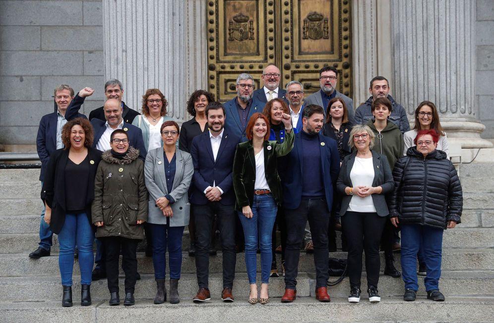 Foto: Gabriel Rufián, en la foto de familia con los diputados y senadores de ERC, a la puerta del Congreso. (EFE)