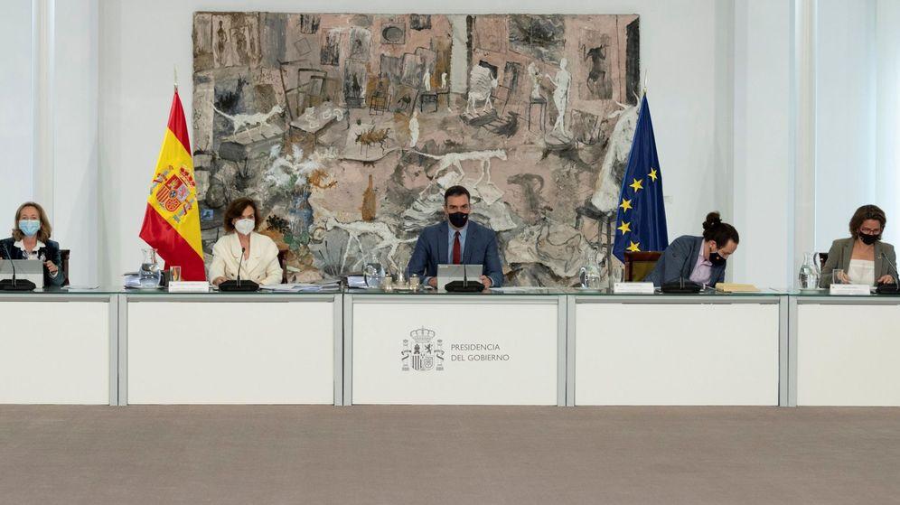 Foto: Pedro Sánchez, en el centro, presidiendo un Consejo de Ministros. (EFE)