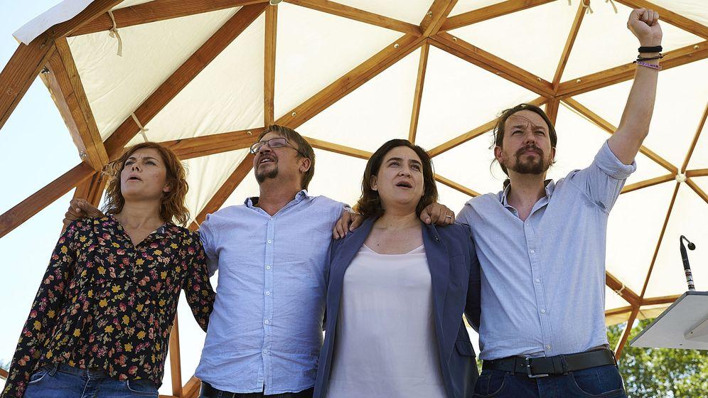 Foto: Pablo Iglesias (d), Ada Colau, Xavier Domènech (2i) y la coordinadora de comunicación de Catalunya en Comú, Elisenda Alamany (i) durante el acto de Catalunya en la Diada. (EFE)