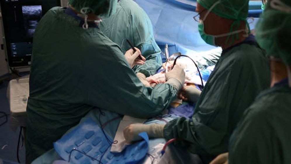 Foto: Los cirujanos, en plena operación (Foto: Hospital Vall d'Hebron)