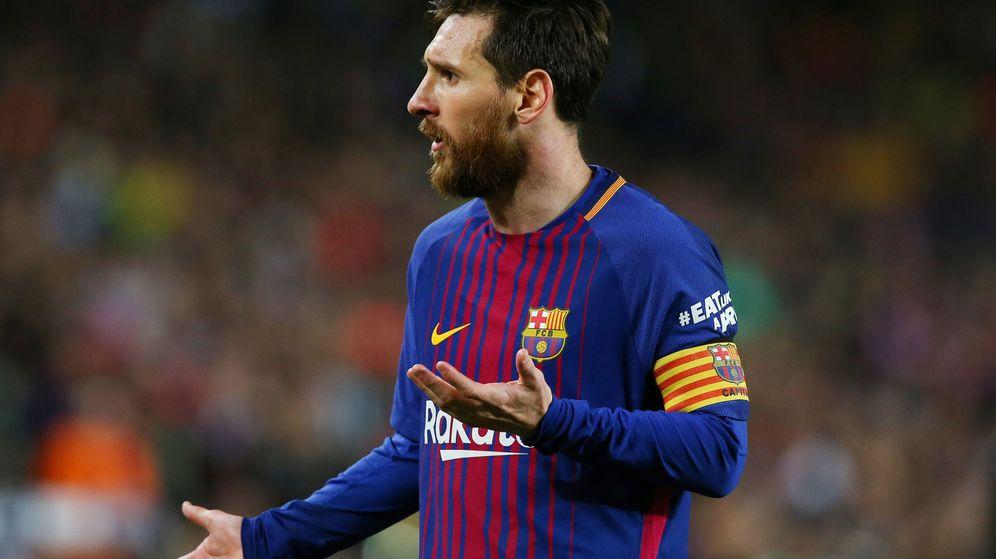 Foto: Messi, con el brazalete de capitán, durante un partido con el Barcelona en el Camp Nou. (EFE)