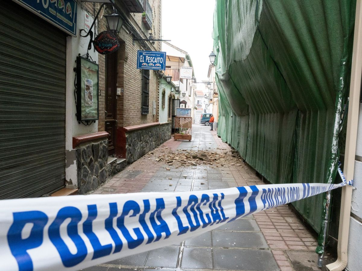 Foto: Imagen de una calle con cascotes caídos de los edificios en la localidad granadina de Santa Fe. (EFE)