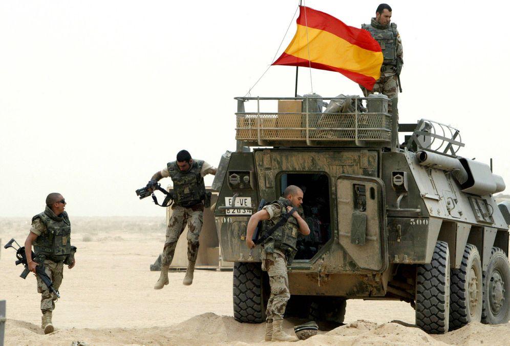 Foto: Soldados españoles saltan de su vehículo personal blindado en una base militar estadounidense cerca de la ciudad iraquí de Najaf, en abril de 2004. (Reuters)