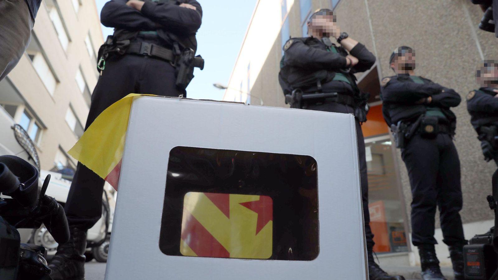 Foto: La Guardia Civil protege el acceso a la oficina de Unipost en Terrassa, donde se ha incautado documentación relacionada con el censo del referéndum del 1-O. (EFE)