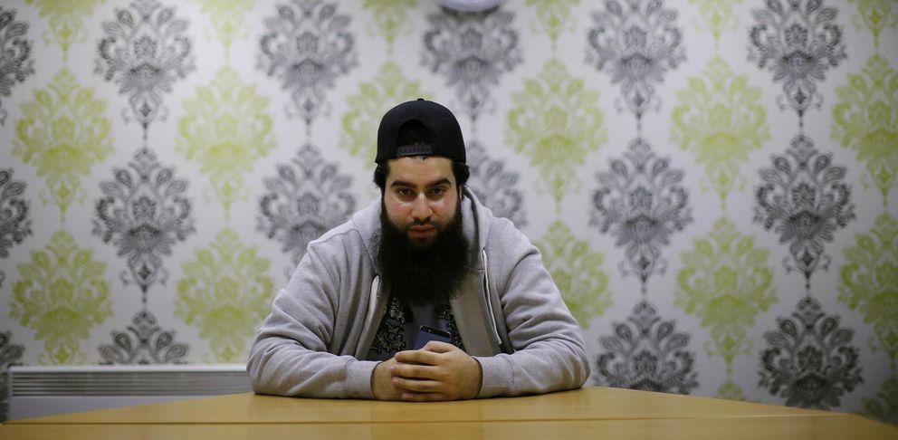 Foto: Waseem Iqbal posa para una fotografía en su casa de Birmingham, la segunda ciudad de Inglaterra, en noviembre de 2014 (Reuters).