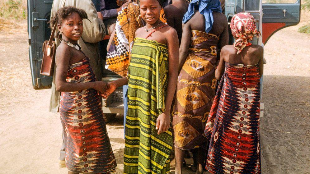 Foto: Fotografía de un grupo de jóvenes de Camerún ante la llegada de un grupo de turistas. (iStock)