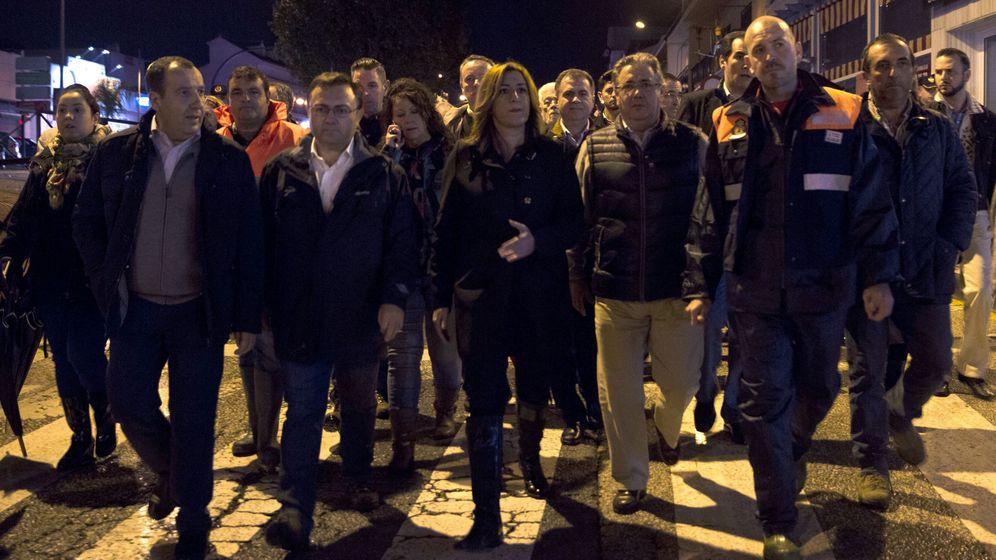 Foto: Susana Díaz y Juan Ignacio Zoido durante la visita a la zona afectada en Málaga. (EFE)