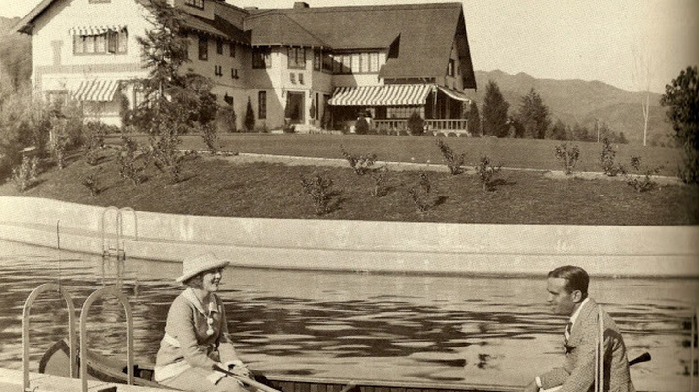 Mary Pickford y Douglas Fairbanks, en la piscina de Pickfair.