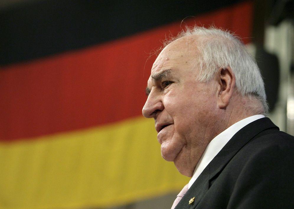 Foto: Helmut Kohl tras recibir la Medalla de Oro de la Fundación Jean Monnet para Europa, en Lausana, Suiza. (EFE)