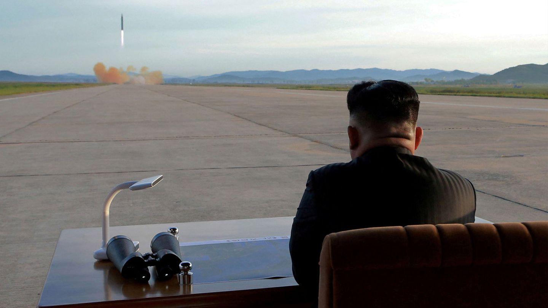 Kim Jong-un observa el lanzamiento de un misil Hwasong-12, en septiembre de 2017. (Reuters)
