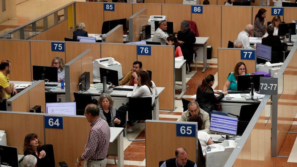 Foto: Vista general de la zona donde los ciudadanos son atendidos en la delegación de Hacienda de Madrid. (EFE)