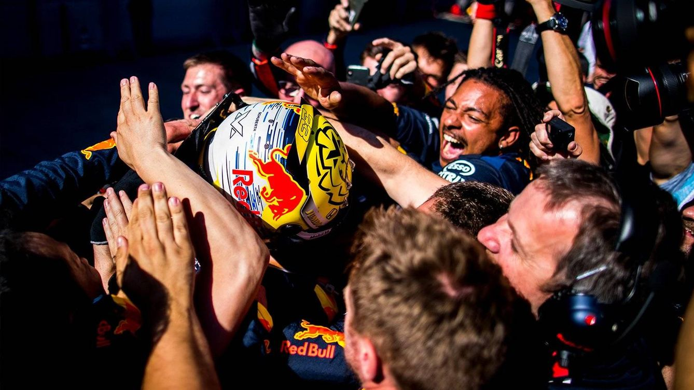 Foto: Max Verstappen celebrando su victoria en casa de Red Bull con sus mecánicos. (Red Bull Aston Martin)