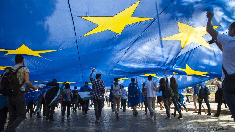 Foto: Miles de europeos partidarios de la Unión Europea se manifiestan junto al Coliseo. (EFE)