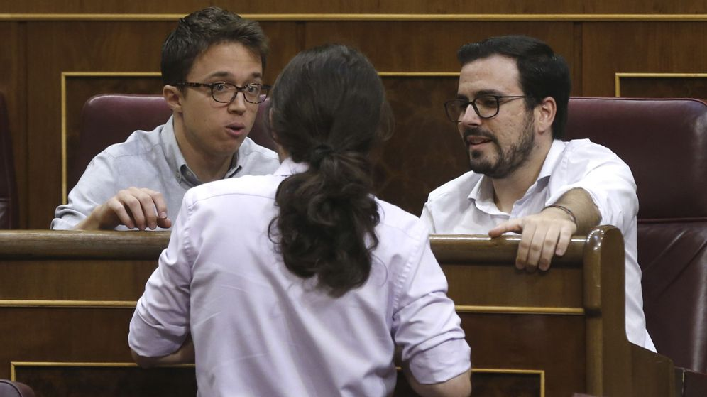 Foto: Íñigo Errejón, Pablo Iglesias y Alberto Garzón, de Unidos Podemos, conversan en un pleno del Congreso. (EFE)