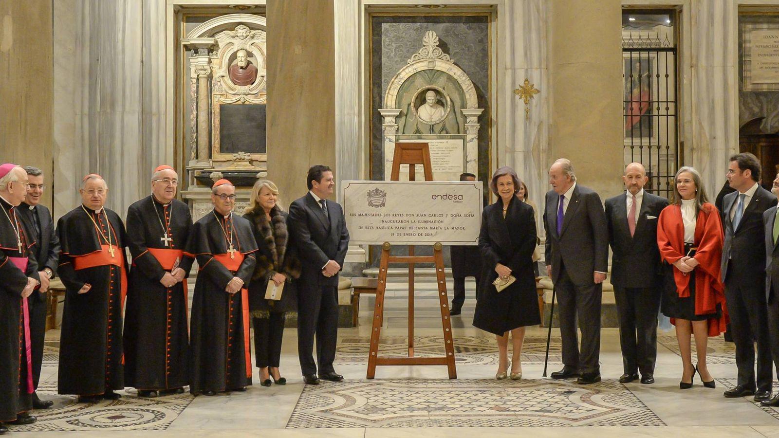 Foto: Los reyes eméritos don Juan Carlos y doña Sofía con el presidente de Endesa, Borja Prado y  otras autoridades eclesiásticas y civiles junto a la placa conmemorativa del acto. (Fundación Endesa)