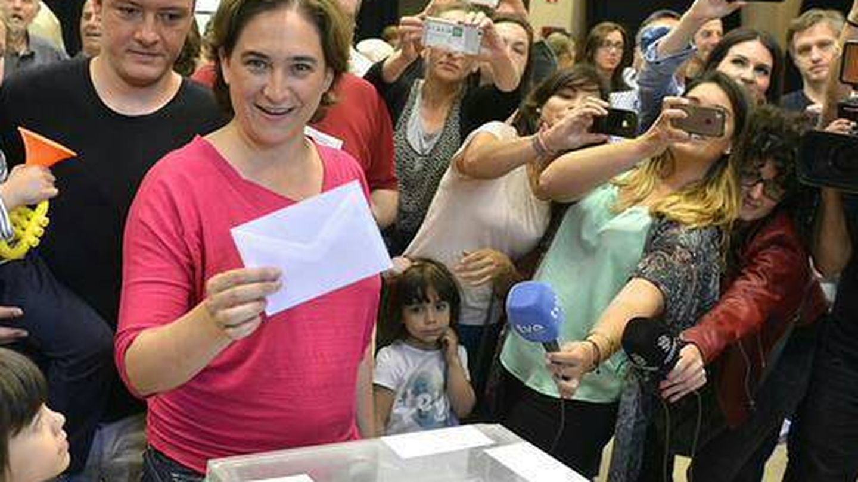 Ada Colau vota junto a su marido en las últimas elecciones. (Facebook)