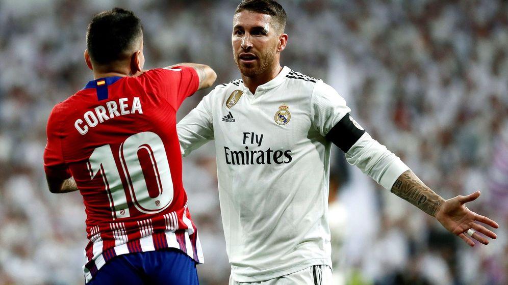 Foto: Ramos y Correa discuten durante el Real Madrid-Atlético de Madrid jugado este sábado. (EFE)