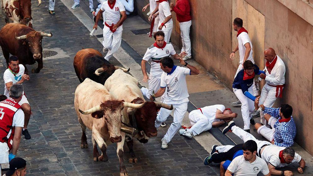 Foto: Los toros de la ganadería gaditana de Cebada Gago al final de la cuesta de Santo Domingo. (EFE)