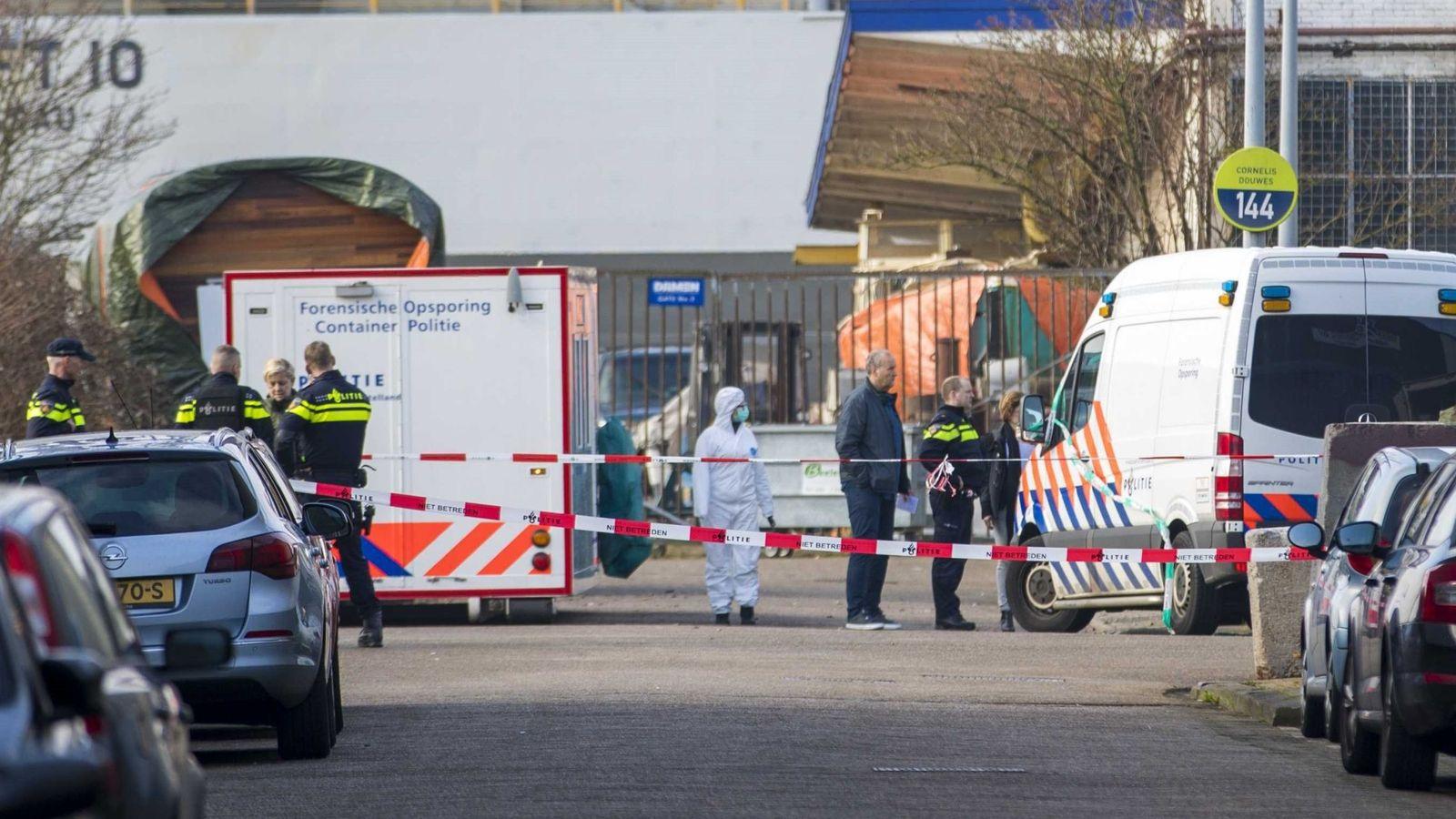 Foto: Policías investigan el asesinato de Reduan B., de 41 años, en el Tt. Melissaweg en Ámsterdam. (EFE)