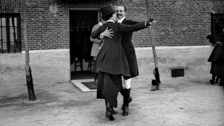 Alfonso XIII, bailando un pasodoble en una venta. (EFE)