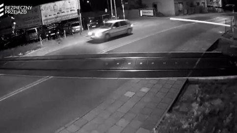 Este coche se salva por los pelos de ser arrollado por un tren